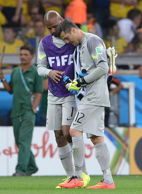 Вратари сборной Бразилии Жефферсон и Жулио Сезар. Им было чему печалиться..jpg