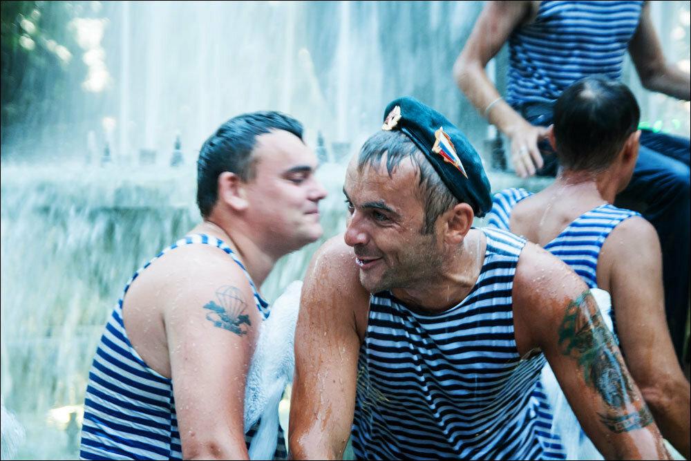 С днем ВДВ! Традиционное купание в фонтане.