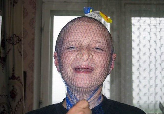 парень натянул на голову сетку