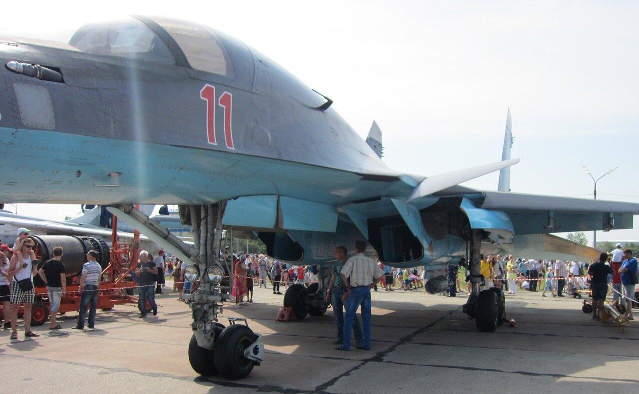Су-34: видна лесенка на носовой стойке и ФАБ-100 на наружной подвеске (15.08.2014)