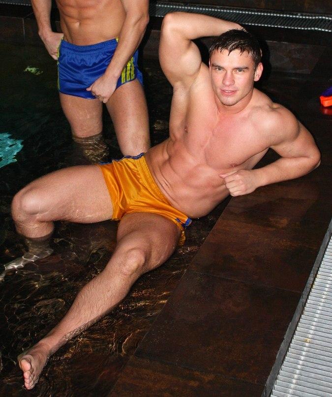 182Фото голые мужики в бассейне