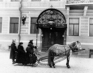 Посол Джордж фон Ленгерке Мейер у здания посольства в санях.