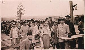 Беженцы в ожидании раздачи горячей пищи у соединительного врачебно-питательного пункта, организованного отрядом Красного Креста В.М.Пуришкевича.