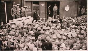 Солдаты у перевязочно-питательного поезда №13, организованного отрядом Красного Креста В.М.Пуришкевича в очереди за получением хлеба.