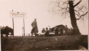 Группа солдат, направляющихся на передовые позиции, за столом на перевязочно-питательном пункте №18, организованном отрядом Красного Креста В.М.Пуришкевич.