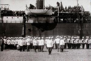 Духовой оркестр, рота почетного караула, офицеры на пристани в порту во время встречи прибывшего с Дальнего Востока парохода с эвакуируемыми нижними чинами и запасными.