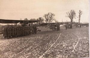 Солдаты и офицеры отряда, выстроенные у летательных аппаратов в ожидании прибытия командования.