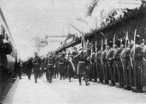 Император Николай II обходит почетный караул 1-го Волжского казачьего полка Терского войска перед отправкой его на Дальний Восток.