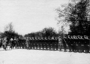 Император Николай II обходит почетный караул , выстроенный в честь его приезда к месту расположения войск направляемых на Дальний Восток.