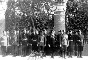 Почетный караул гвардейцев на площади перед храмом в день его освящения.