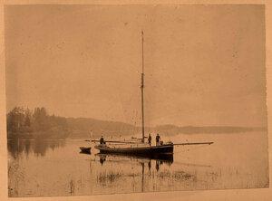 Яхта с пассажирами в акватории Сайменского канала; слева -  неоготическая капелла - павильон Людвигсбург (проект английского архитектора Чарлза Гетгоба Фатама, 1822 г.) на острове Людвигштайн.