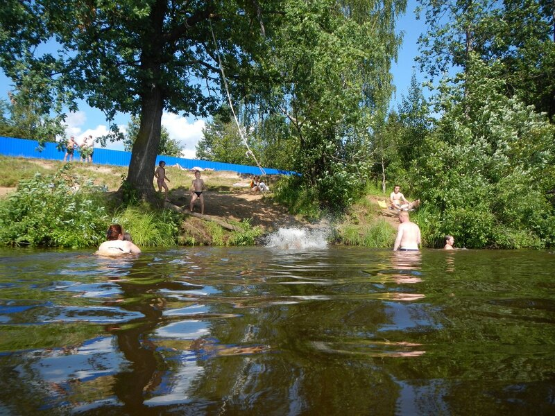 Прыжки с тарзанки на дубе на берегу Чёрного озера в Кирове