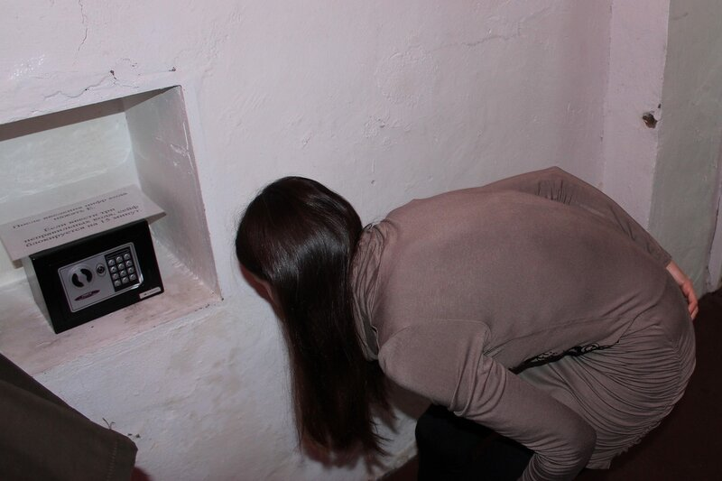 Ищем скрытые шифры у сейфа - Логово ББ - Побег из комнаты в Кирове