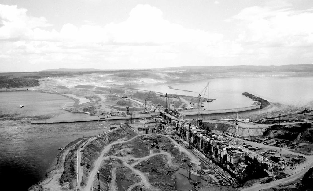 1989 г. БоГЭС, вид на основные сооружения с левого берега.jpg