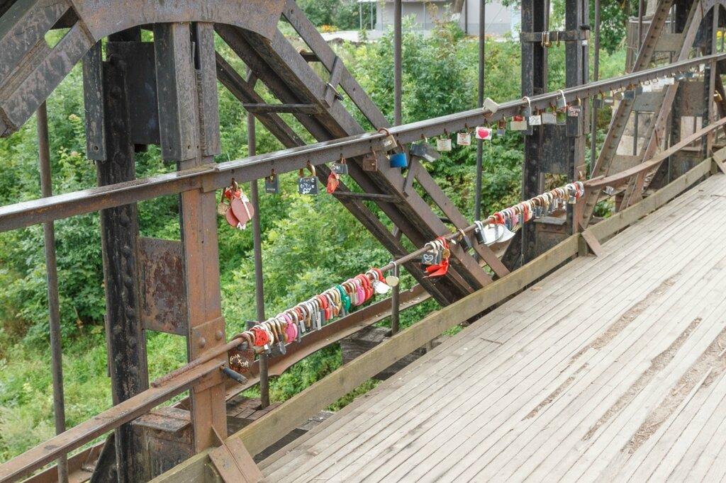 Замочки на цепном мосту