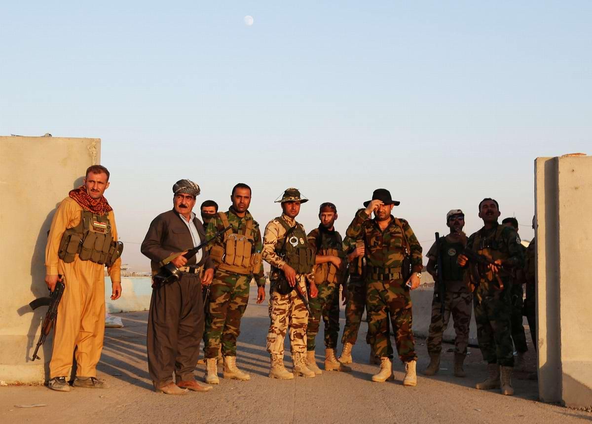 Группа бойцов военизированных формирований Иракского Курдистана вблизи контрольно-пропускного пункта Хазер в окрестностях города Эрбиль