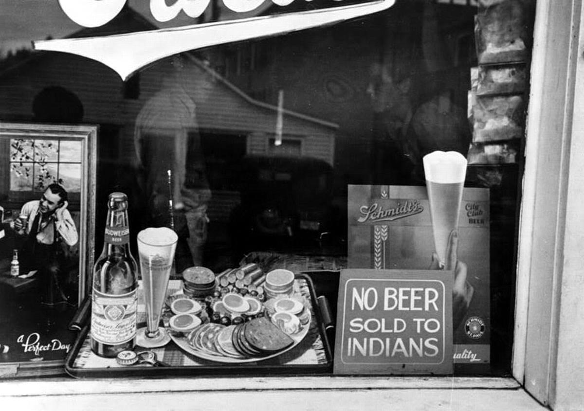 Надпись на витрине Индейцам пиво не продаем