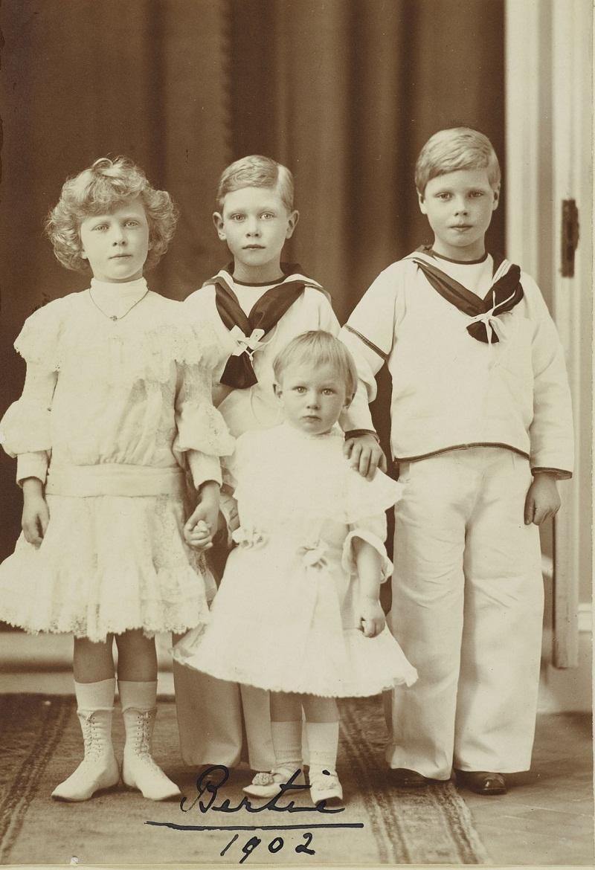 Князья Эдвард Альберт и Генри Уэльский и принцесса Мария Уэльса  1902