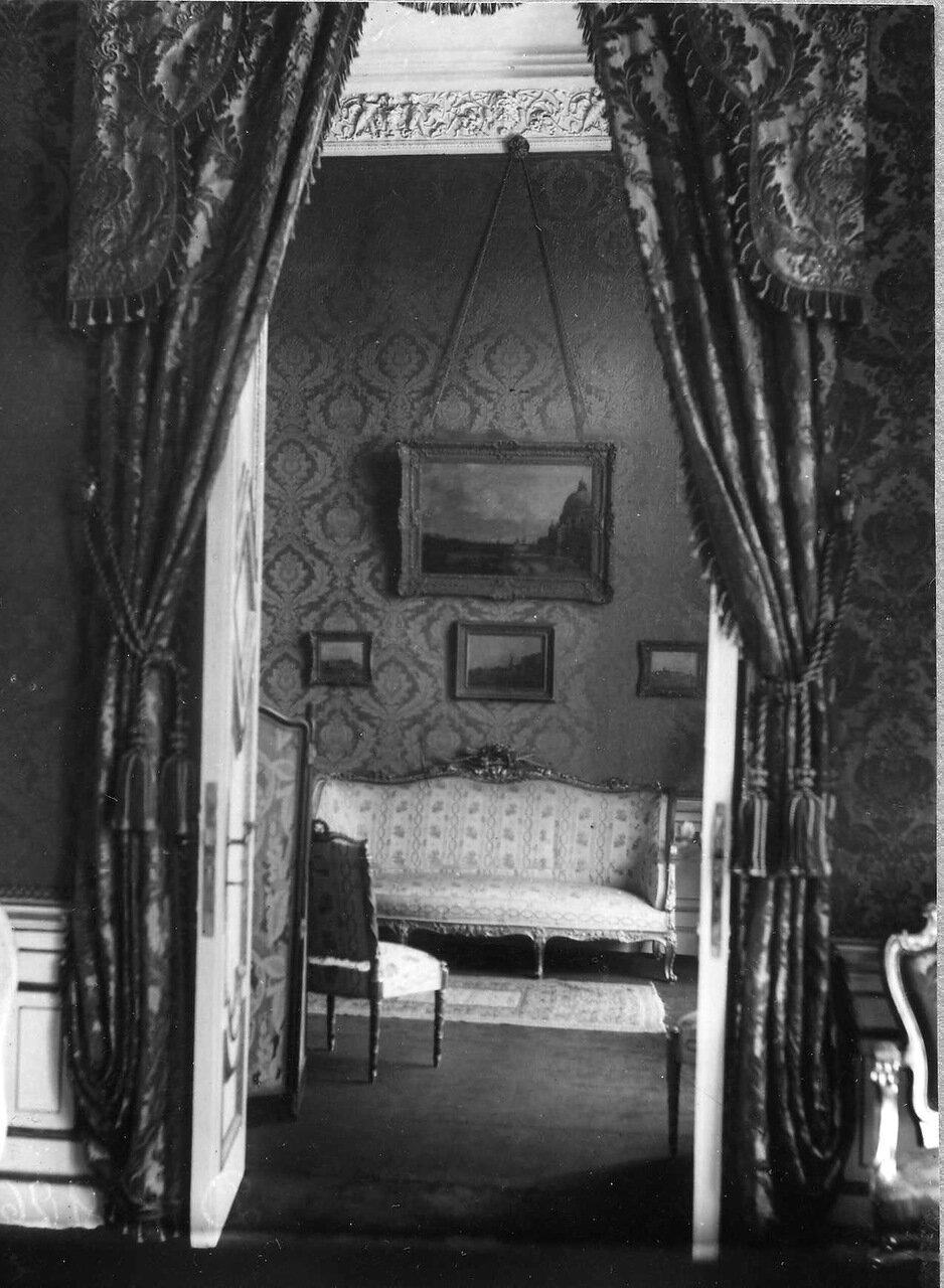 10. Уголок гостиной  в посольстве.1914