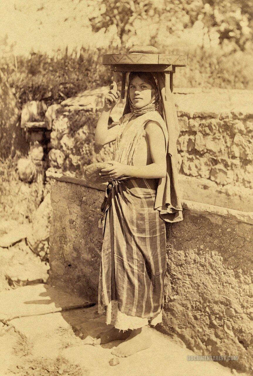 1880. Молодая женщина с блюдом на голове