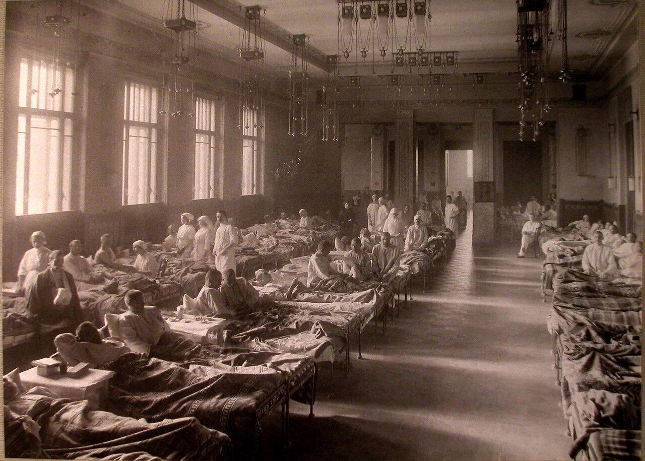 02. Раненые в палате лазарета, устроенного в помещении Купеческого клуба