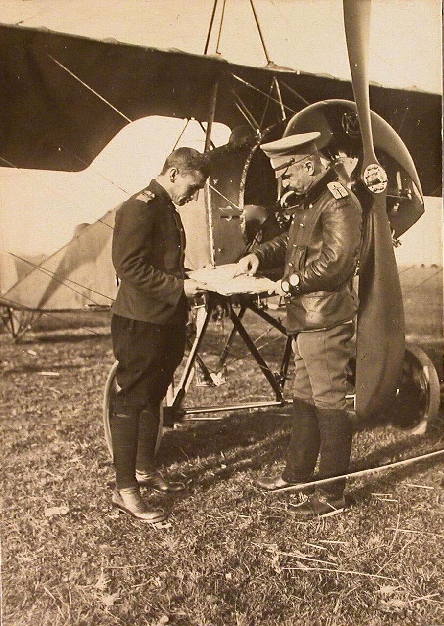 47.Командир отряда есаул В.М.Ткачев объясняет летчику задание по карте перед вылетом. Сентябрь 1915. Рига