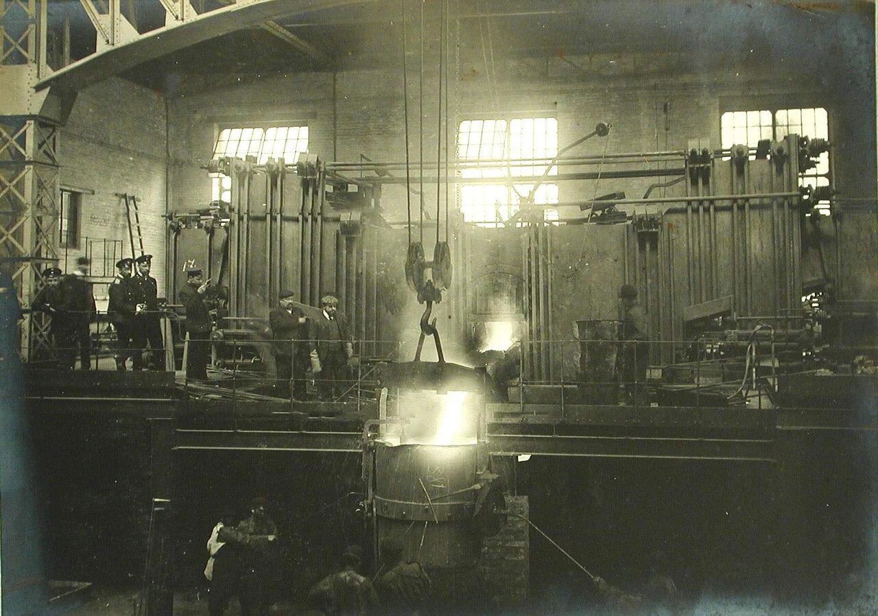 26. Группа инженеров и рабочих завода наблюдают за процессом выпуска выплавленной стали. 30 апреля 1910
