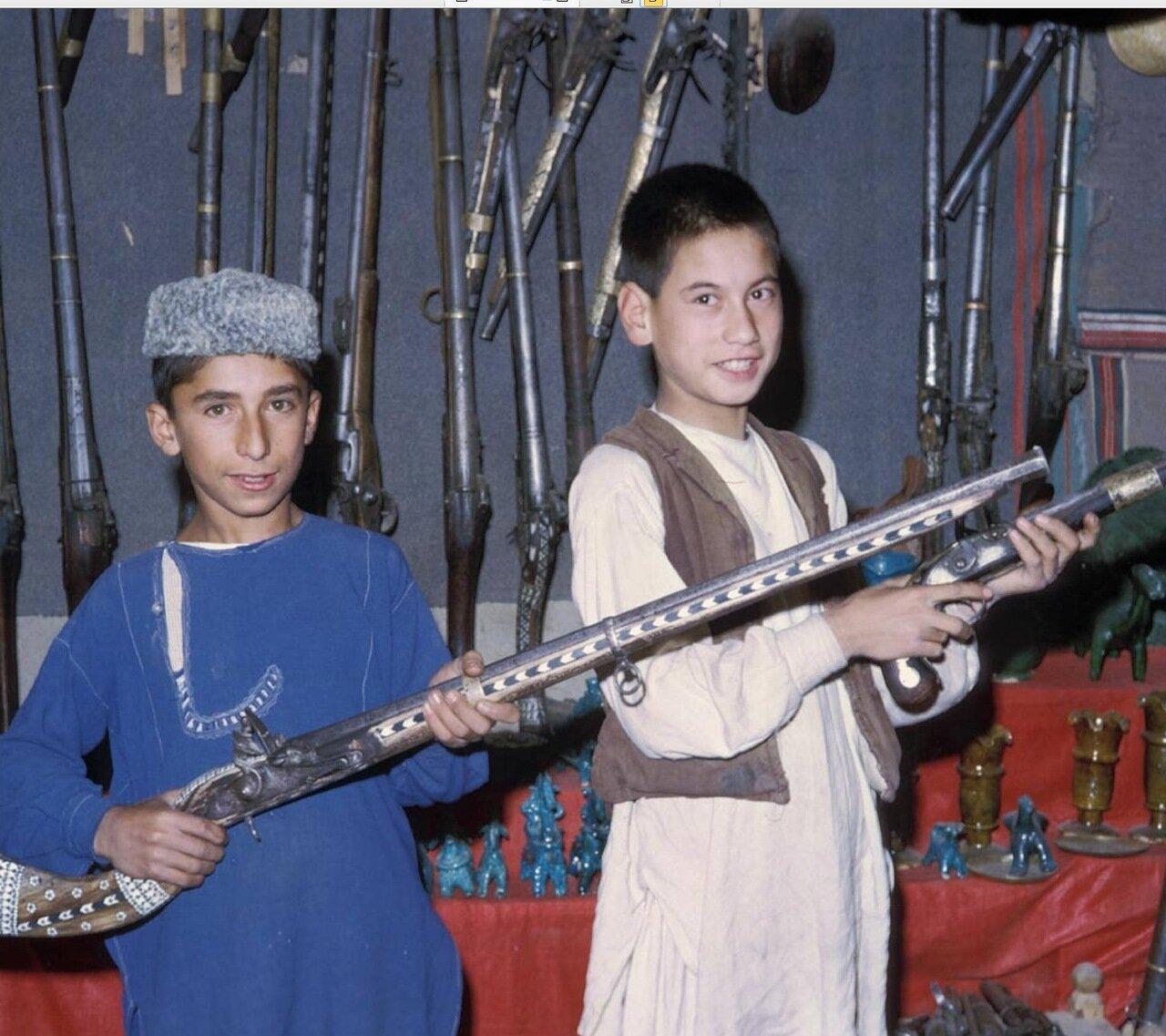 Дети в оружейном магазине