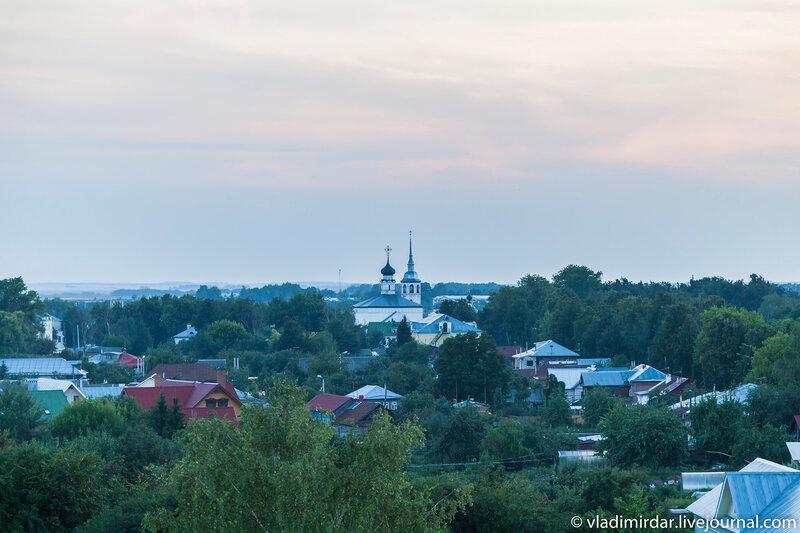 Вид на центр Суздаля - Воскресенсая церковь