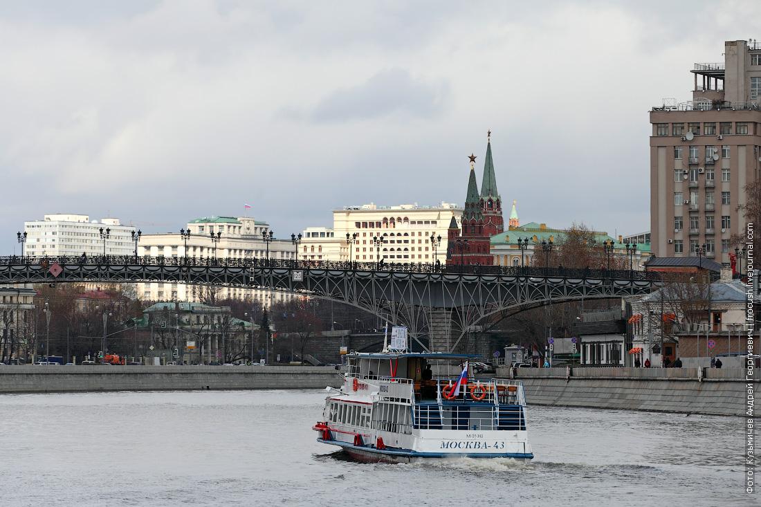 «Москва-43» на фоне Патриаршего моста