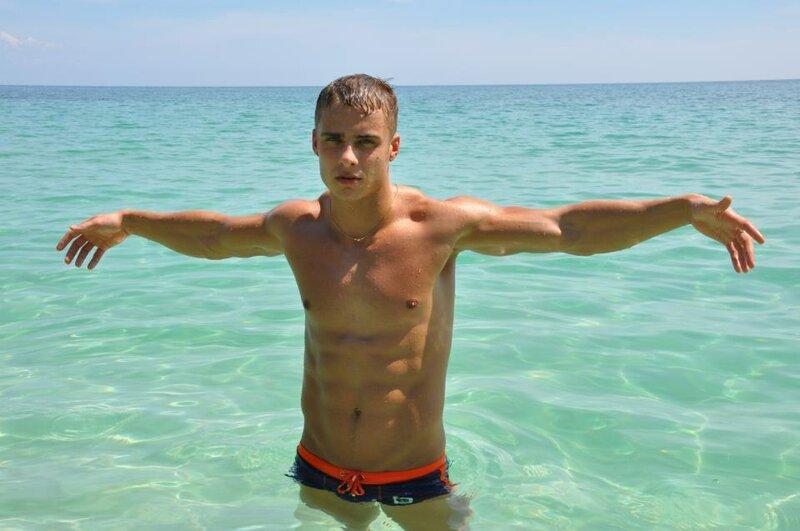 мускулистый парень в воде