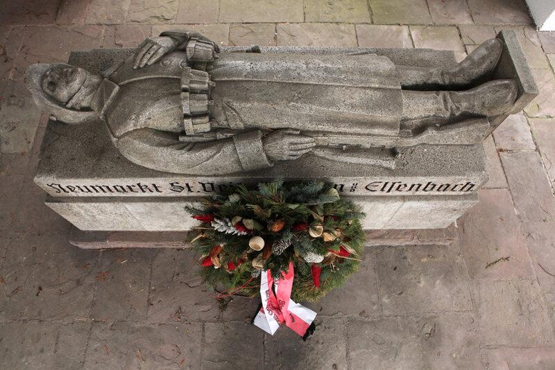 Мемориал павшим немецким солдатам в городе Ноймаркт-Санкт-Файт в Баварии