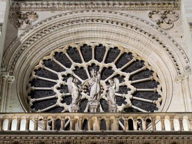 Notre-Dame de Paris. Devant la rose occidentale de la cathédrale