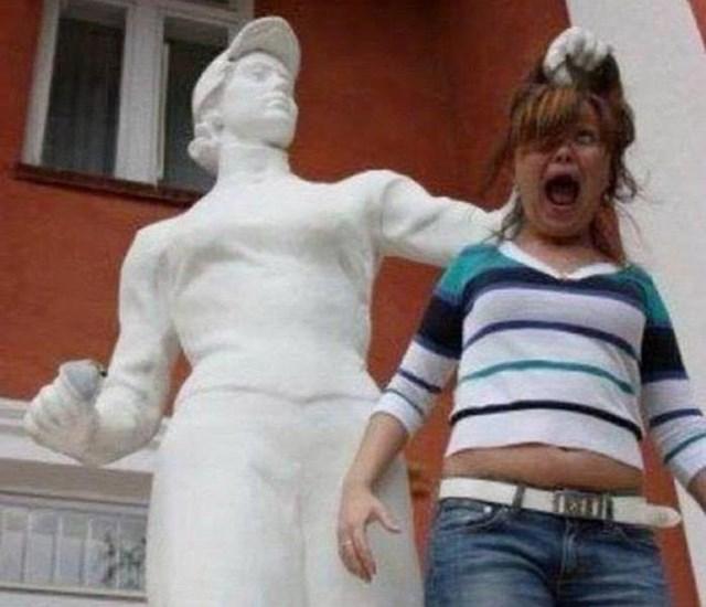 Смешные фотографии с памятниками