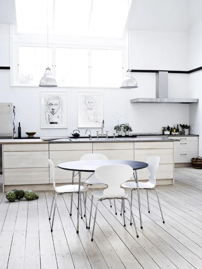 10. Скандинавская кухня в светлых тонах выглядит настолько чудесно и просторно, что даже картины, на