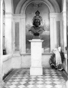 Памятник композитору Антону Григорьевичу Рубинштейну.