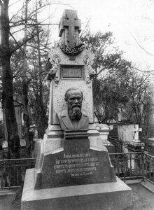Надгробный памятник писателю Ф.М.Достоевскому.