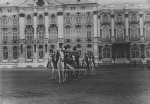 Император Николай II с группой офицеров конвоя на плацу перед Екатерининским дворцом на параде в честь празднования 100-летнего юбилея конвоя.
