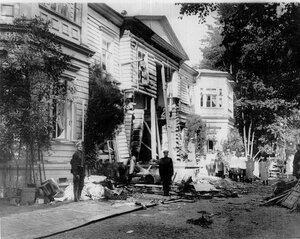 Дача П.А.Столыпина на Аптекарском острове после взрыва, оцепленная полицейскими.