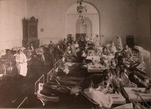 Раненые в палате лазарета,устроенного в помещении Дворянского клуба.