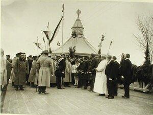Губернские чиновники встречают императора Николая II хлебом-солью
