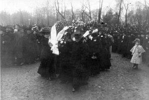 Группа женщин - участниц демонстрации в связи с проводами гроба с телом князя С.Н.Трубецкого - с венками проходит перед Таврическим садом.