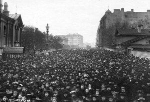 Демонстрация в связи с проводами гроба с телом князя С.Н.Трубецкого проходит по Суворовскому проспекту.