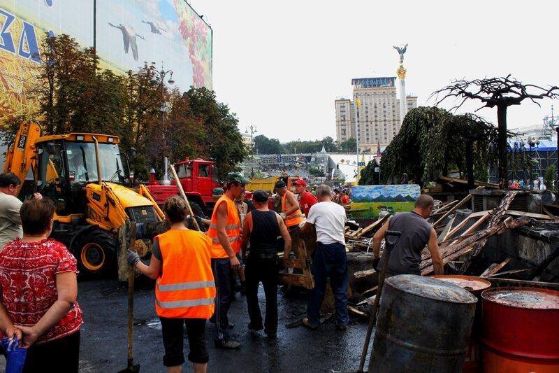 Уборка баррикад на Михайловской