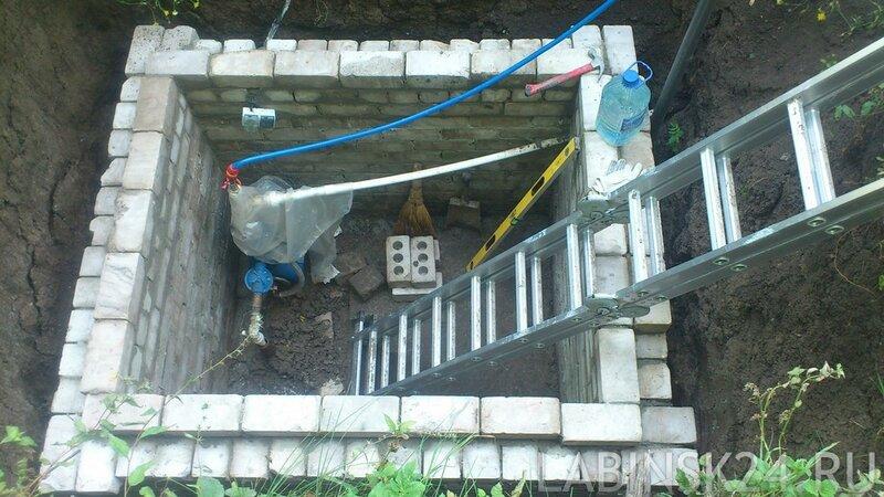 Обложить яму в земле силикатным кирпичом. Яма под насосную станцию