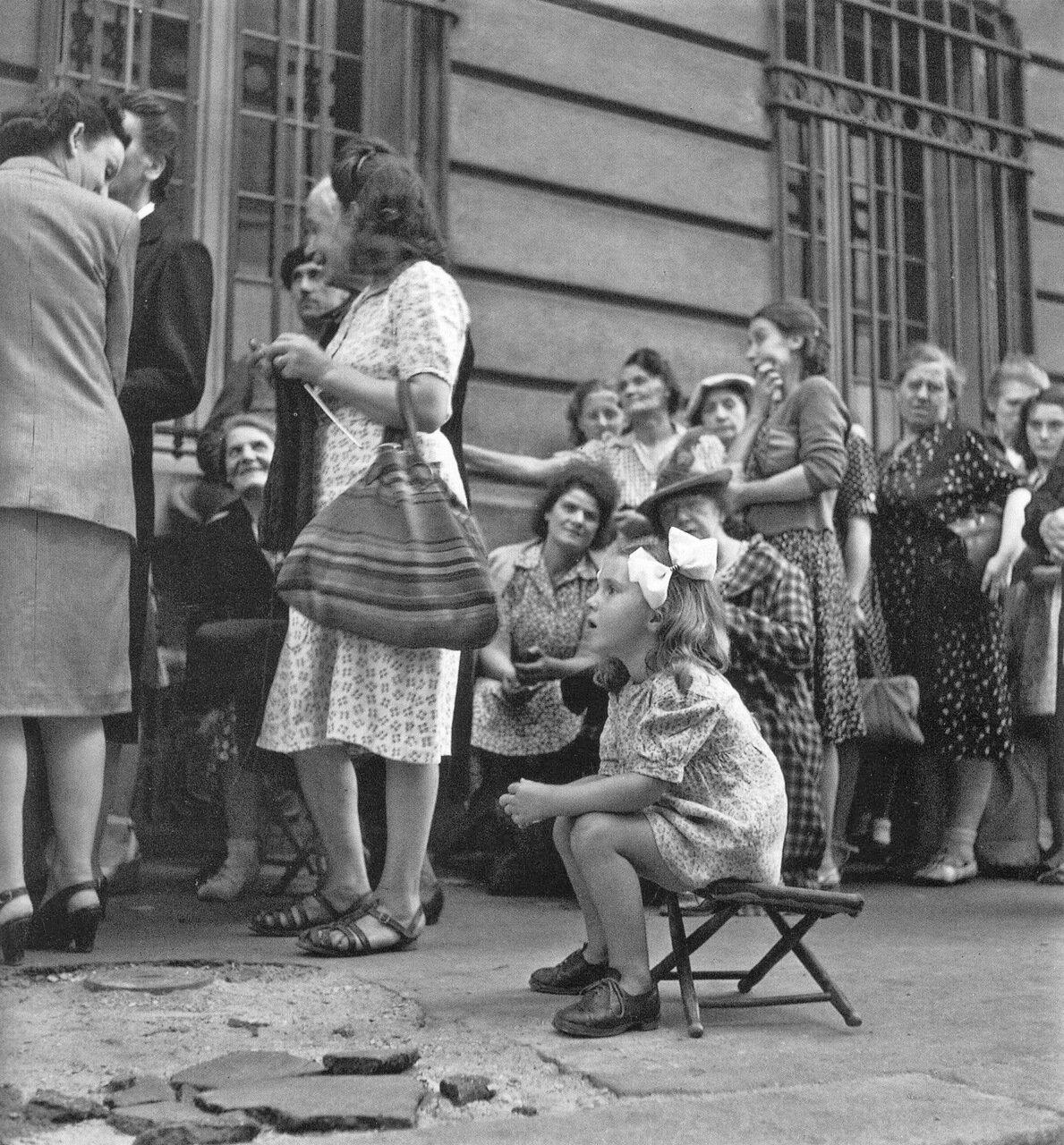 1943. Очередь в оккупированном Париже