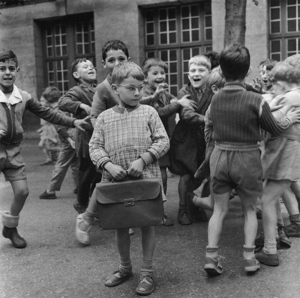 1954. Умный ребенок в школьном дворе