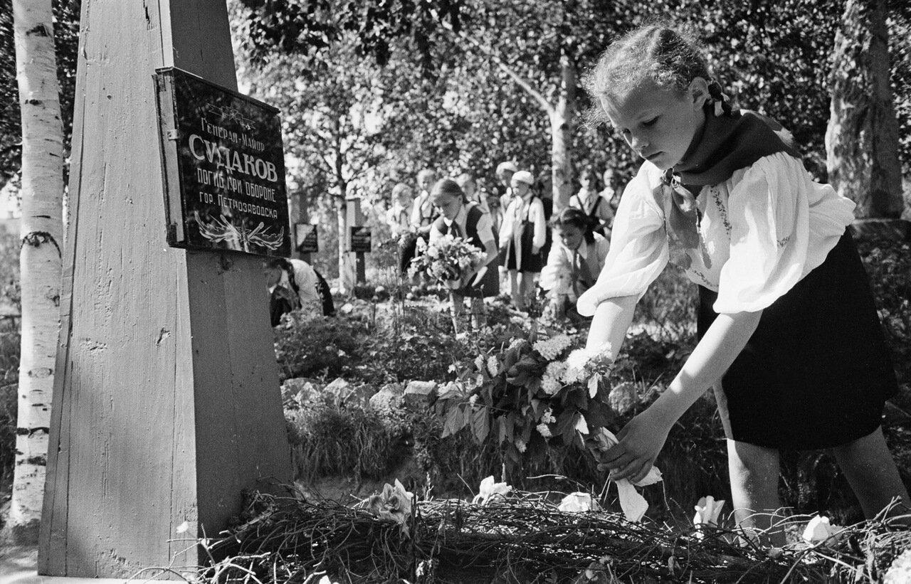 Петрозаводск. Школьники приносят цветы на могилы героев войны