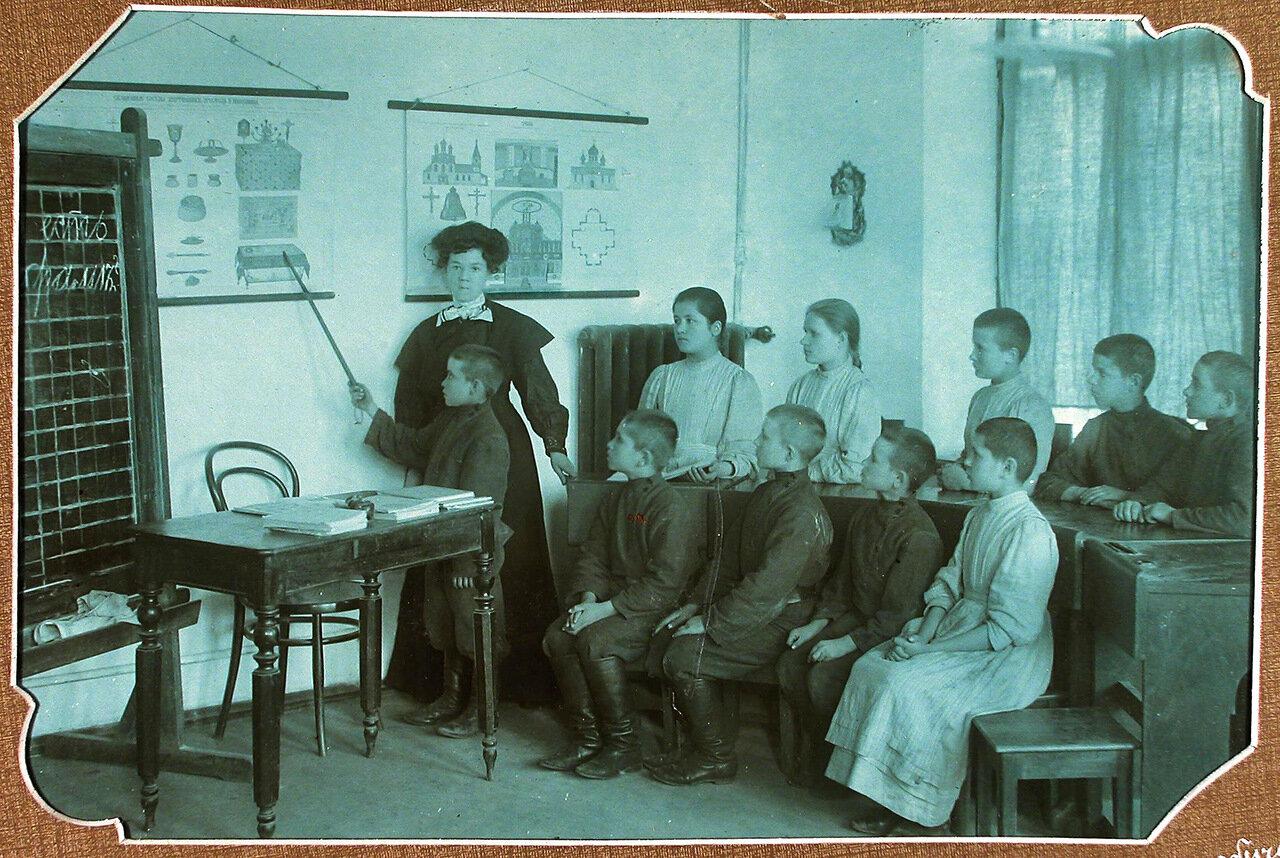 Ученики 2-го класса во время урока наглядного обучения
