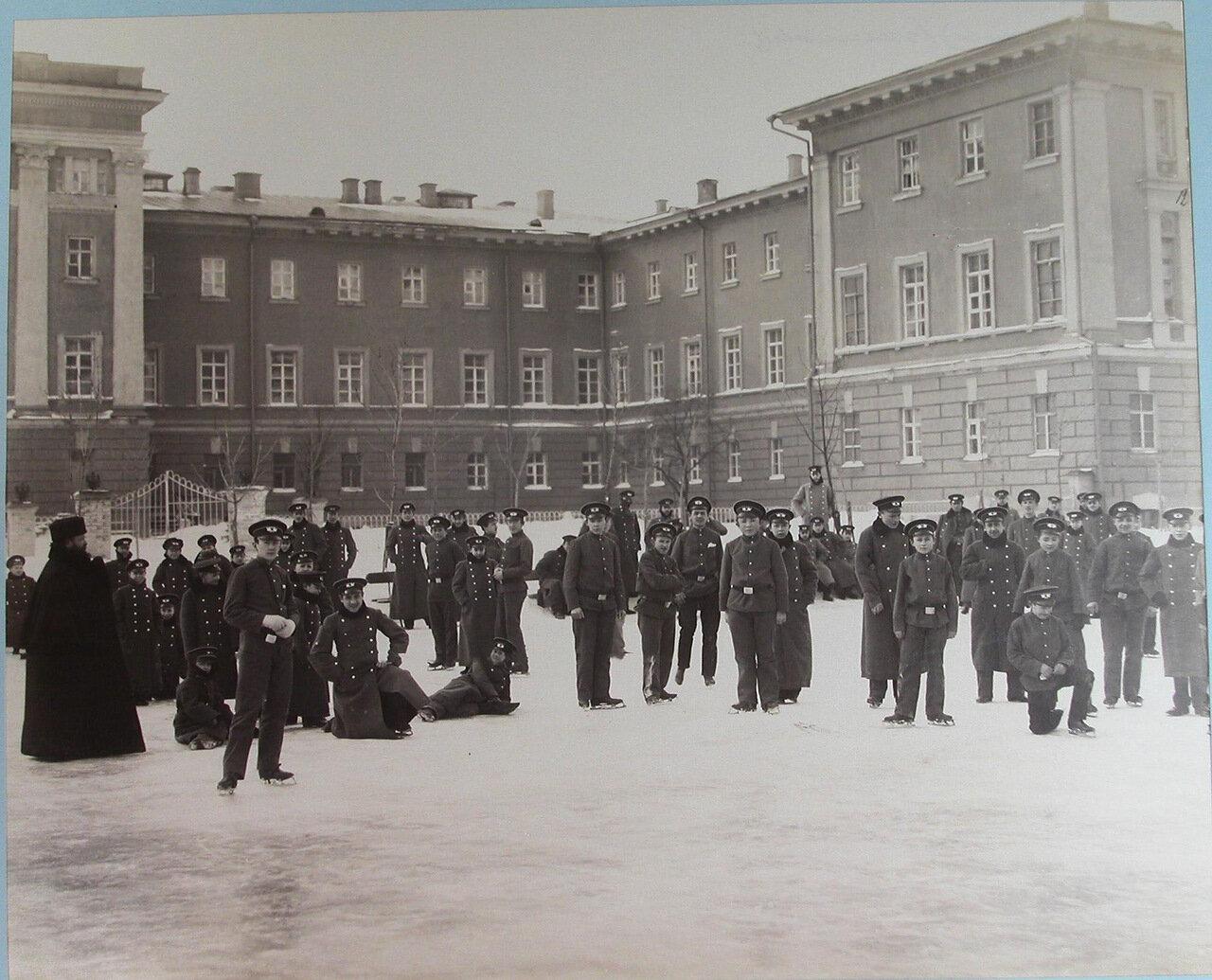 12. Гимназисты Первой Киевской гимназии катаются на коньках на катке, устроенном во дворе гимназии